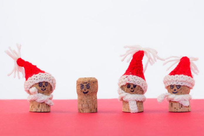 Игрушки-снеговички из пробок