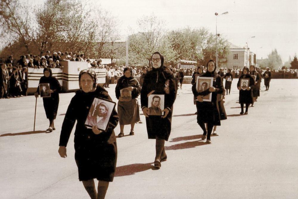 В 1981 году матери павших бойцов, так и не дождавшиеся своих сыновей, прошли скорбным маршем по улице Тацинской. Фото: Из архива Юлии Синельниковой
