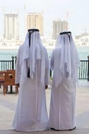 Туристы, в Эмиратах, обычно с интересом разглядывают национальные ...