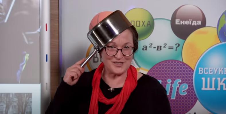 Учительница надела на голову кастрюлю во время урока про Майдан