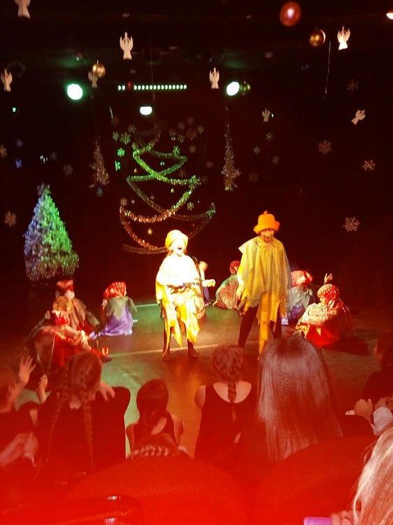 На изображении может находиться: один или несколько человек, люди на сцене и ночь