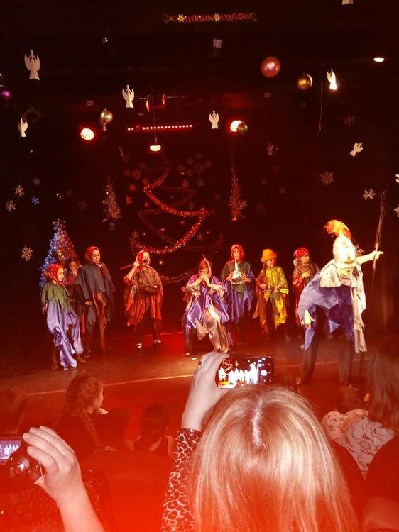 На изображении может находиться: один или несколько человек, люди танцуют, люди на сцене и ночь