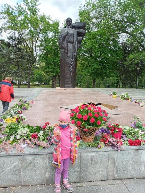 На изображении может находиться: 1 человек, стоит, цветок, растение, дерево и на улице