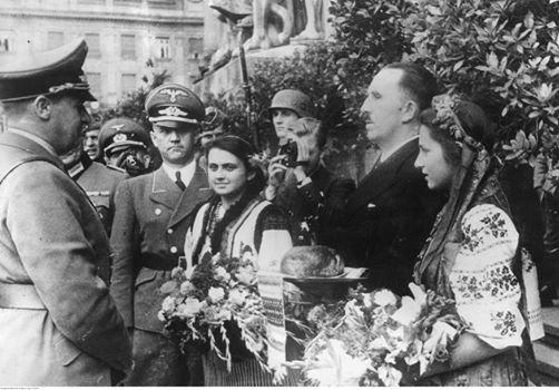 На изображении может находиться: 6 человек, люди улыбаются, люди стоят, цветок и на улице