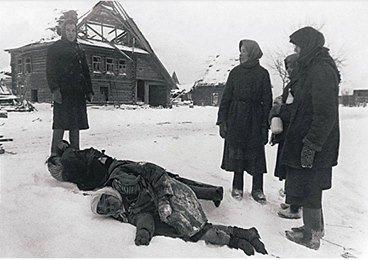 На данном изображении может находиться: 1 человек, снег и на улице