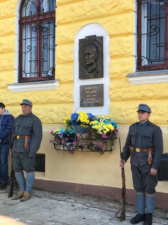 На изображении может находиться: 3 человека, люди стоят и на улице